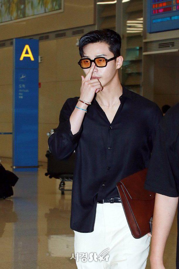 Ông chủ Danbam Park Seo Joon đúng là nam thần sân bay: Lúc như CEO đã giàu còn soái, khi đi dép xỏ ngón cũng ngầu như catwalk - Ảnh 15.