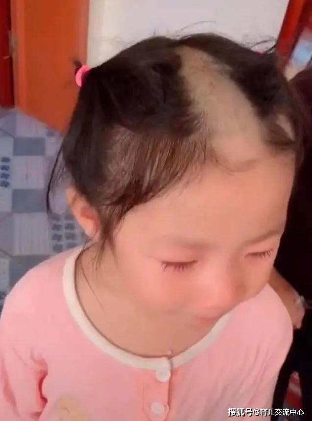 """Bé gái 5 tuổi cầm tông đơ cắt tóc chơi, mẹ quay đi 1 lúc, quay lại thì """"đứng hình"""" khi nhìn thấy con - Ảnh 2."""