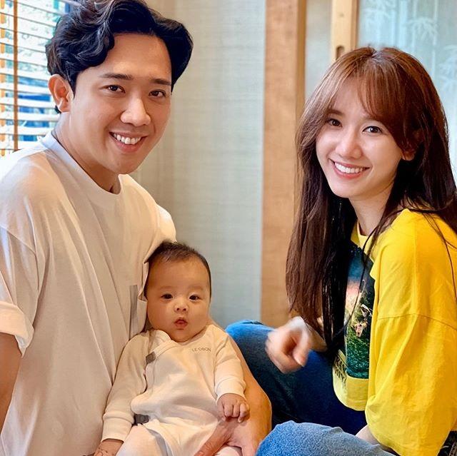 Chụp hình bên nhân vật đáng yêu này, Trấn Thành - Hari Won được cư dân mạng hối thúc chuyện con cái - Ảnh 1.