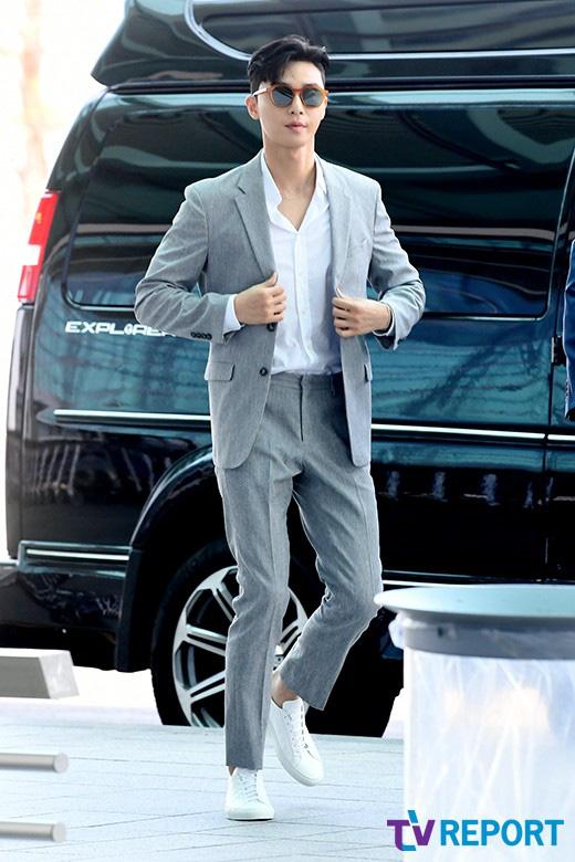 Ông chủ Danbam Park Seo Joon đúng là nam thần sân bay: Lúc như CEO đã giàu còn soái, khi đi dép xỏ ngón cũng ngầu như catwalk - Ảnh 4.