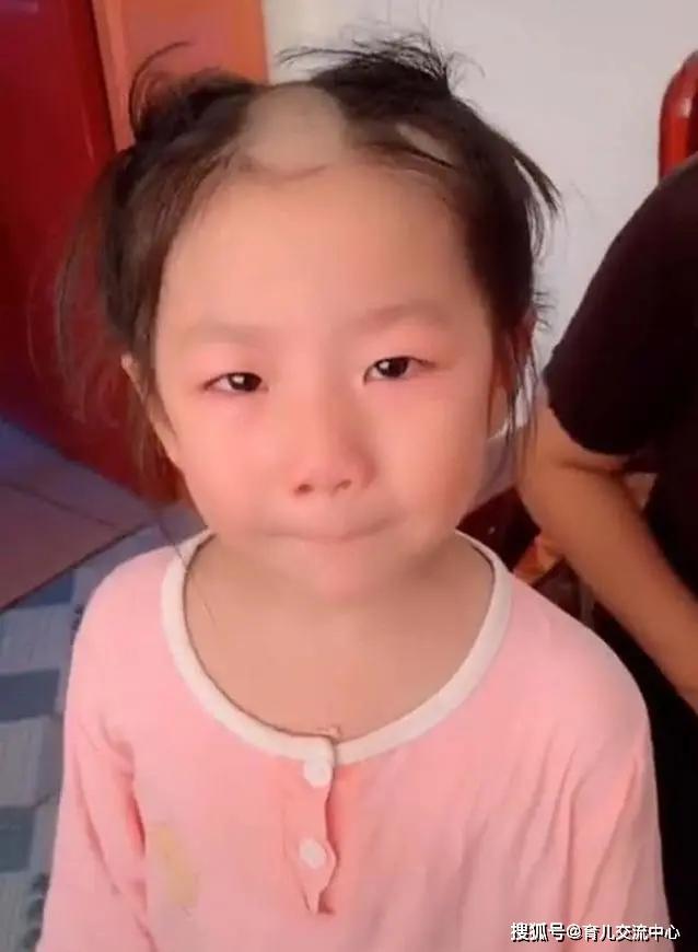 """Bé gái 5 tuổi cầm tông đơ cắt tóc chơi, mẹ quay đi 1 lúc, quay lại thì """"đứng hình"""" khi nhìn thấy con - Ảnh 1."""