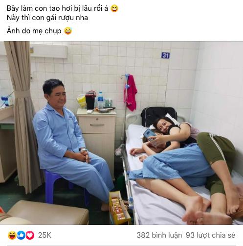 Ba ốm, 2 cô con gái rượu vào chăm ba nhưng nhìn bức ảnh được mẹ chụp trộm, ai nấy đều bật cười - Ảnh 1.