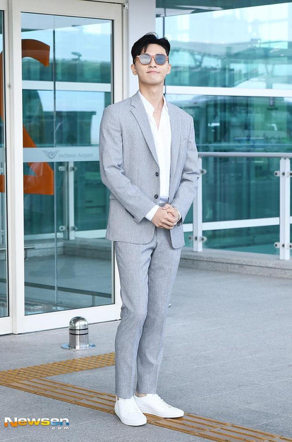 Ông chủ Danbam Park Seo Joon đúng là nam thần sân bay: Lúc như CEO đã giàu còn soái, khi đi dép xỏ ngón cũng ngầu như catwalk - Ảnh 3.