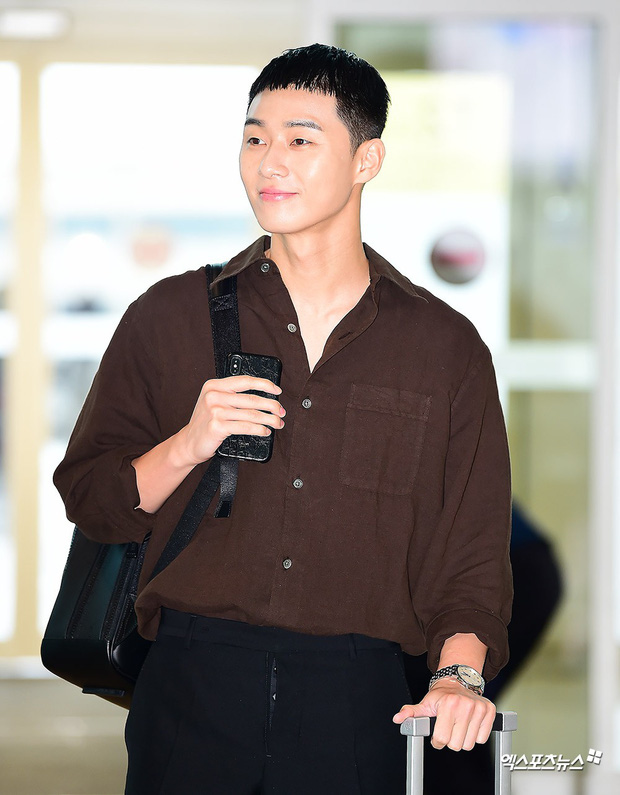 Ông chủ Danbam Park Seo Joon đúng là nam thần sân bay: Lúc như CEO đã giàu còn soái, khi đi dép xỏ ngón cũng ngầu như catwalk - Ảnh 16.