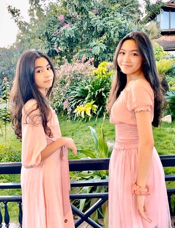2 công chúa nhỏ nhà Quyền Linh thướt tha khoe dáng bên mẹ, cả 2       đều sở hữu đôi chân dài miên man khiến ai cũng trầm trồ - Ảnh 2.