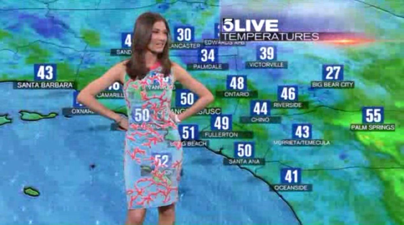 """Sự cố """"tím lịm người"""" của BTV thời tiết ngày hôm qua chưa là gì với cả loạt hình ảnh dở khóc dở cười trên sóng truyền hình trước kia - Ảnh 9."""