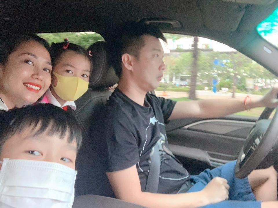 Sao Vbiz đưa con đi học sau kỳ nghỉ dịch: Nhà Ốc Thanh Vân rộn ràng từ 6 giờ sáng, con gái Hồng Quế vui quên cả chào mẹ - Ảnh 3.