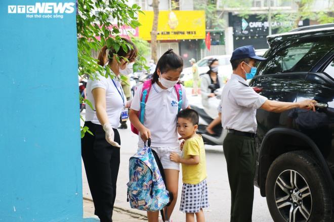 Ảnh: Trường không tổ chức bán trú, phụ huynh chen chúc đón con giữa trưa nắng - Ảnh 6.