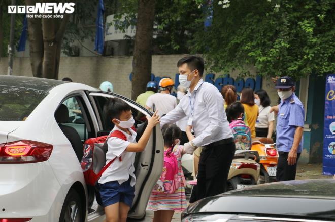 Ảnh: Trường không tổ chức bán trú, phụ huynh chen chúc đón con giữa trưa nắng - Ảnh 4.