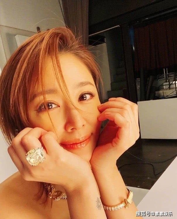 """Lâm Tâm Như khoe vẻ trẻ trung ở tuổi 44 nhưng chiếc nhẫn kim cương siêu bự trên tay lại chiếm toàn bộ """"spotlight"""" - Ảnh 2."""