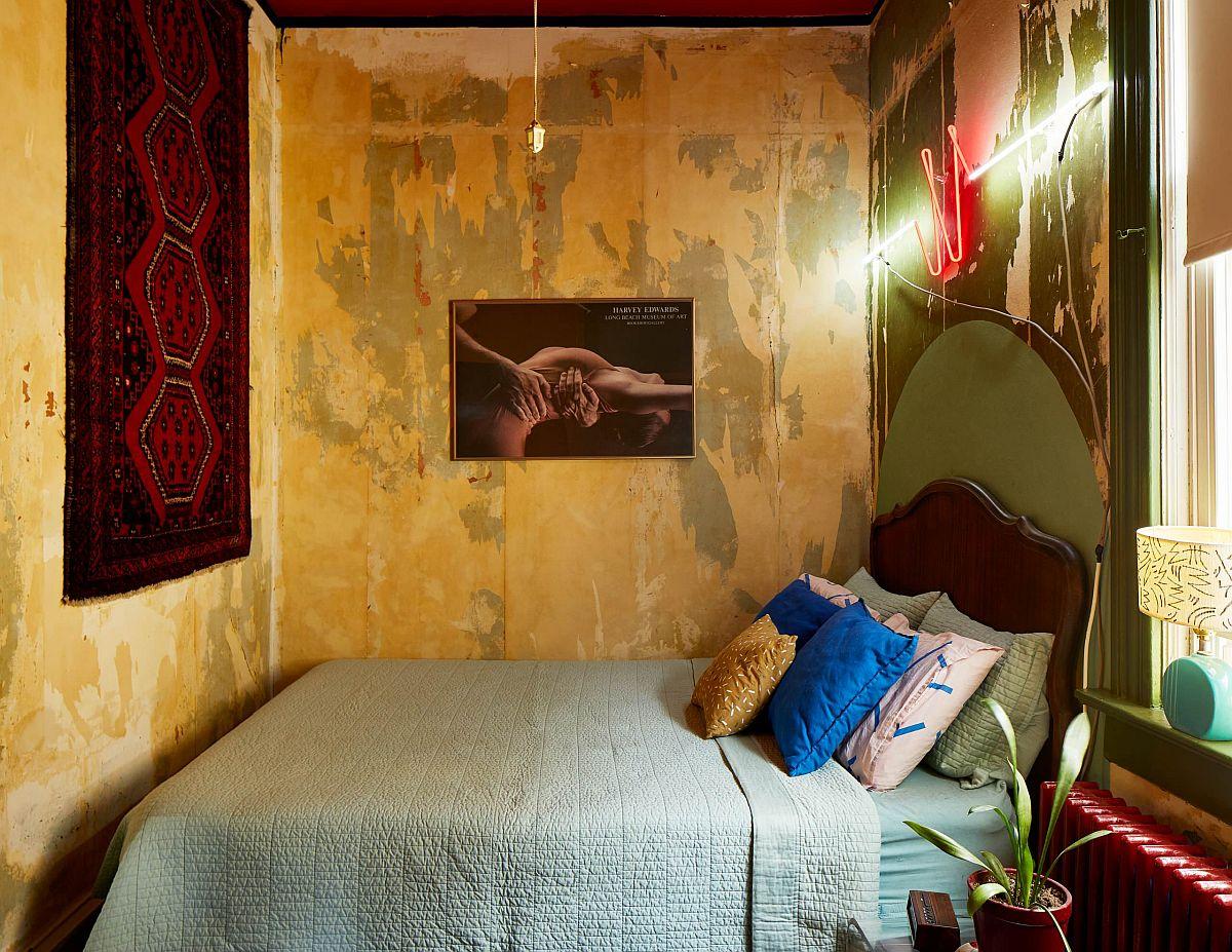 """Những căn phòng ngủ nhỏ đẹp """"thần thái"""" nhờ cách kết hợp màu sắc táo bạo - Ảnh 1."""