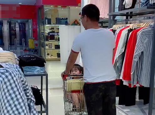 Bố ân cần đưa 2 con đi trung tâm thương mại nhưng nhìn cảnh tượng ấy ai cũng vừa buồn cười vừa thương - Ảnh 3.