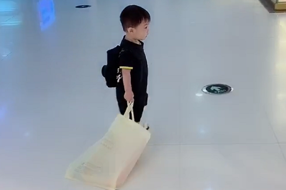 Bố ân cần đưa 2 con đi trung tâm thương mại nhưng nhìn cảnh tượng ấy ai cũng vừa buồn cười vừa thương - Ảnh 4.