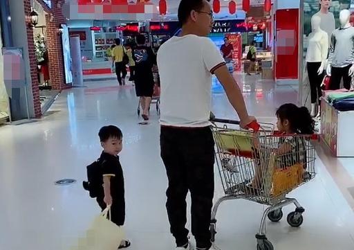 Bố ân cần đưa 2 con đi trung tâm thương mại nhưng nhìn cảnh tượng ấy ai cũng vừa buồn cười vừa thương - Ảnh 2.