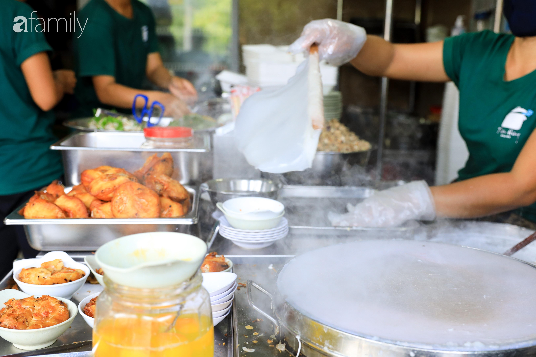 Bánh cuốn - món ăn lạ mà quen, càng nắng nóng càng được ưa chuộng tại Sài Gòn - Ảnh 1.