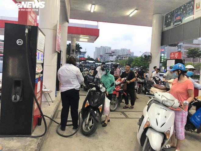Ảnh: Dân ùn ùn đổ xăng trước thông tin tăng giá - Ảnh 10.