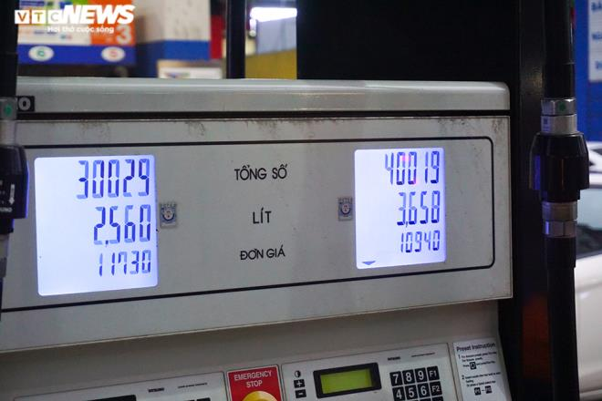 Ảnh: Dân ùn ùn đổ xăng trước thông tin tăng giá - Ảnh 11.
