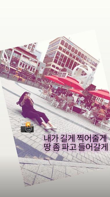 """Bật cười với tư thế đầy bá đạo nhưng rất có tâm của """"đệ nhất mỹ nhân xứ Hàn"""" Kim Hee Sun khi làm phó nháy - Ảnh 1."""