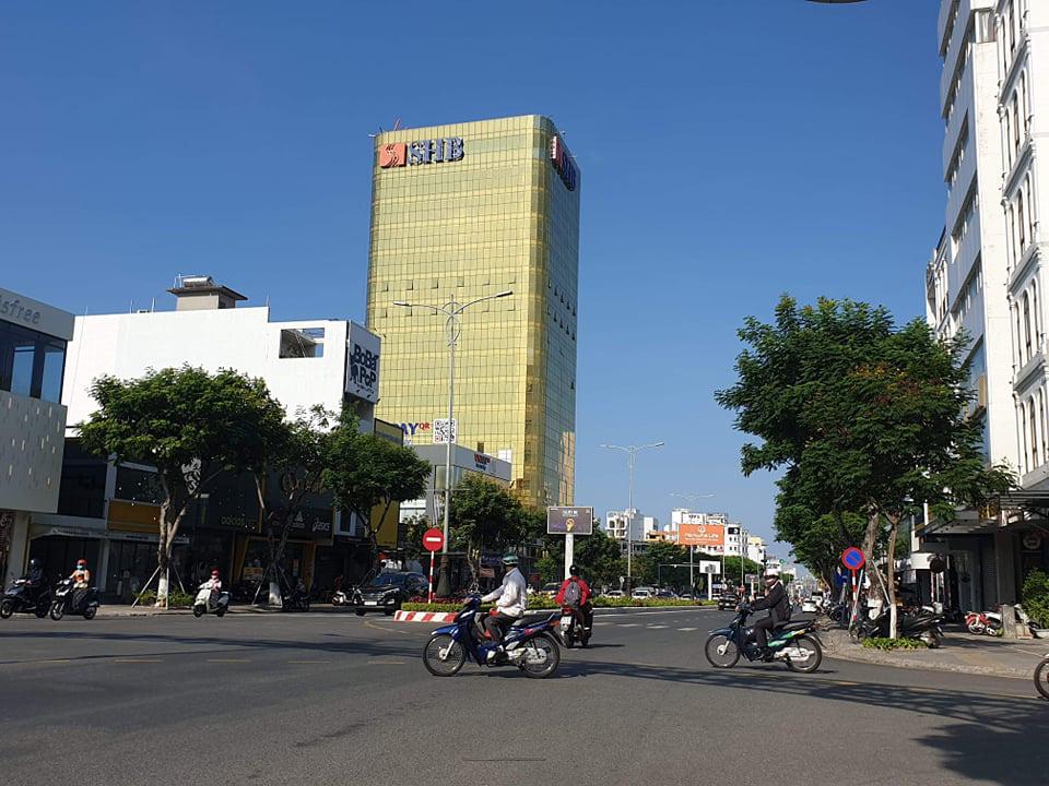 Cận cảnh toà nhà dát vàng của ngân hàng SHB khiến người dân Đà Nẵng bức xúc - Ảnh 3.