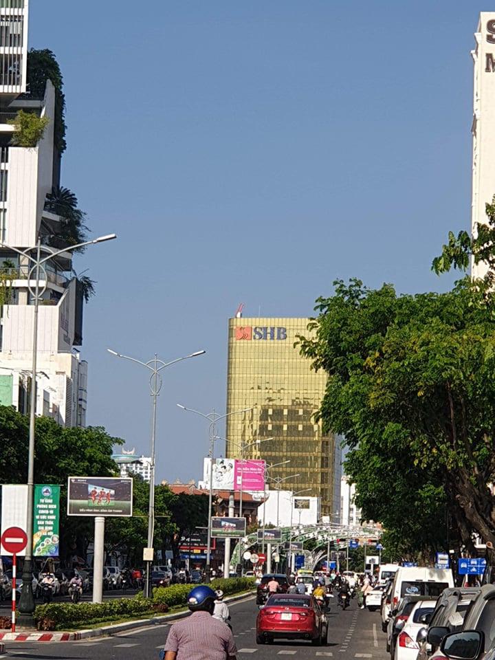 Cận cảnh toà nhà dát vàng của ngân hàng SHB khiến người dân Đà Nẵng bức xúc - Ảnh 2.
