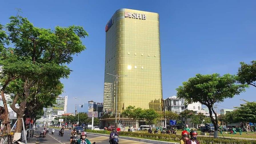 Cận cảnh toà nhà dát vàng của ngân hàng SHB khiến người dân Đà Nẵng bức xúc - Ảnh 1.