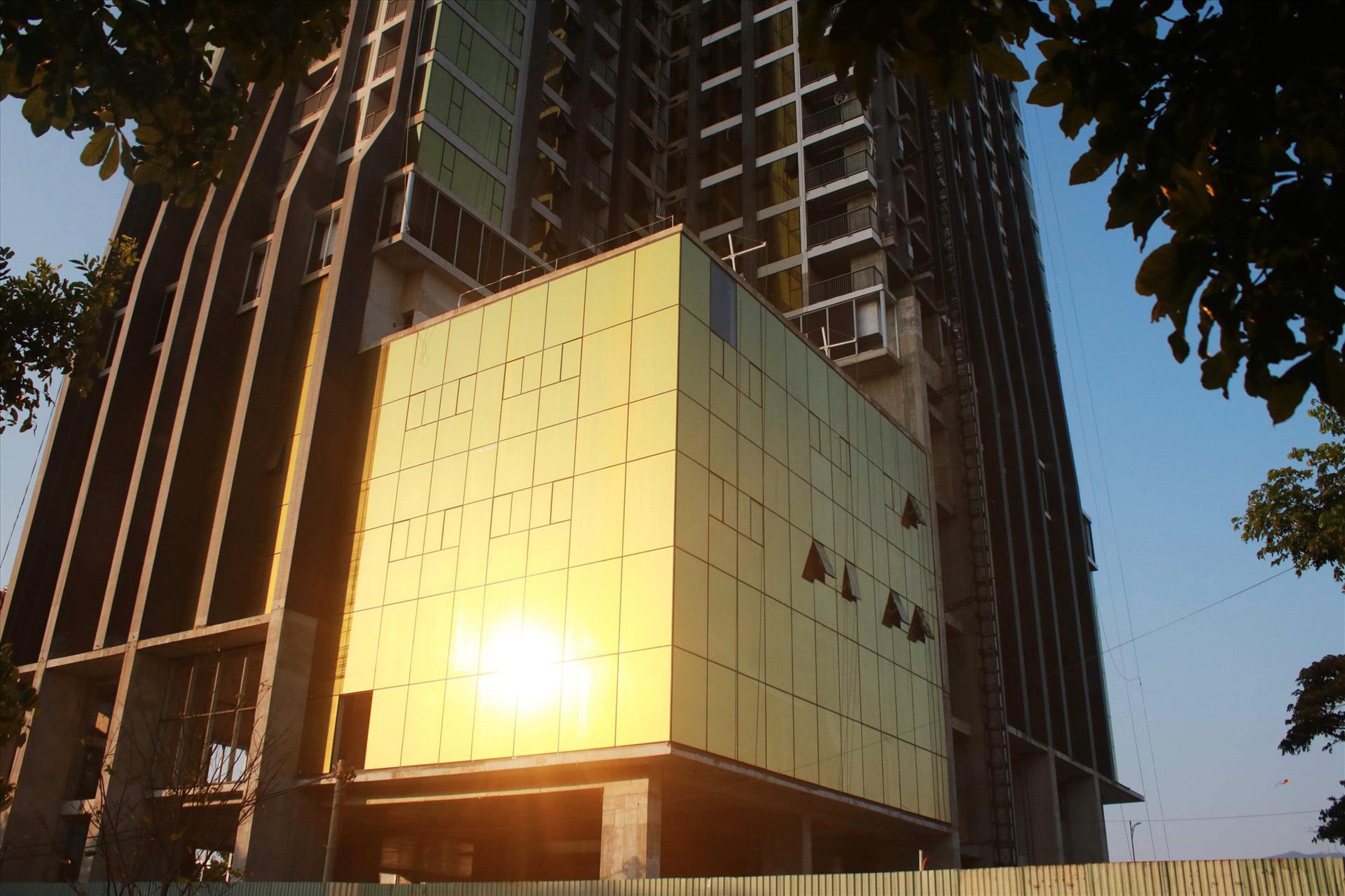 Cận cảnh toà nhà dát vàng của ngân hàng SHB khiến người dân Đà Nẵng bức xúc - Ảnh 6.