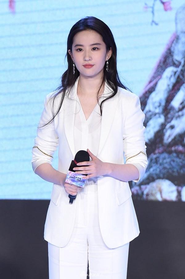 """Diện suit trắng không chỉ thanh lịch mà còn """"auto"""" trẻ ra vài tuổi, bảo sao cả dàn mỹ nhân U40 châu Á đều thi nhau diện - Ảnh 6."""