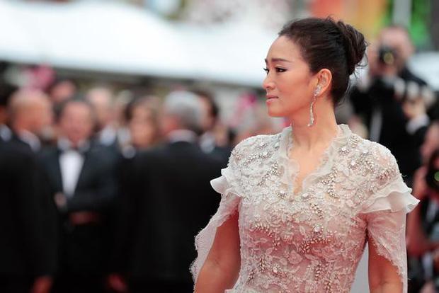 Dàn mỹ nhân Hoa ngữ và những lần khuynh đảo thảm đỏ Cannes: Phạm Băng Băng xuất hiện với rừng hoa, Dương Mịch gây xôn xao với hành động đầy tranh cãi - Ảnh 11.
