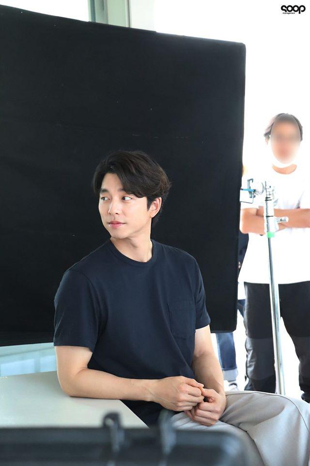 """Mê mẩn trước loạt khoảnh khắc đẹp xuất sắc của """"ông chú yêu tinh"""" Gong Yoo, 40 tuổi rồi nhưng vẫn điển trai và phong độ ngời ngời - Ảnh 8."""