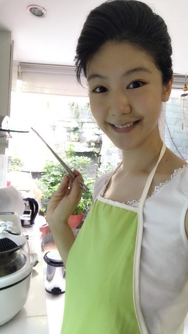 Bé gái đầu lòng của nữ cơ trưởng Huỳnh Lý Đông Phương mới ngày nào con bé tý xíu, nay đã đeo tạp dề phụ mẹ việc bếp núc - Ảnh 6.