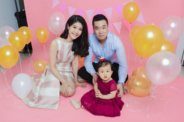 Bé gái đầu lòng của nữ cơ trưởng Huỳnh Lý Đông Phương mới ngày nào con bé tý xíu, nay đã đeo tạp dề phụ mẹ việc bếp núc - Ảnh 3.