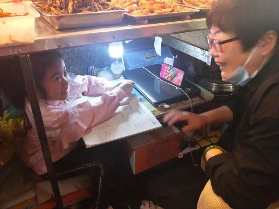 Câu chuyện của bé gái 7 tuổi ngồi học dưới gầm sạp hàng của mẹ: Phía trên là cuộc sống mưu sinh, bên dưới là hy vọng - Ảnh 4.