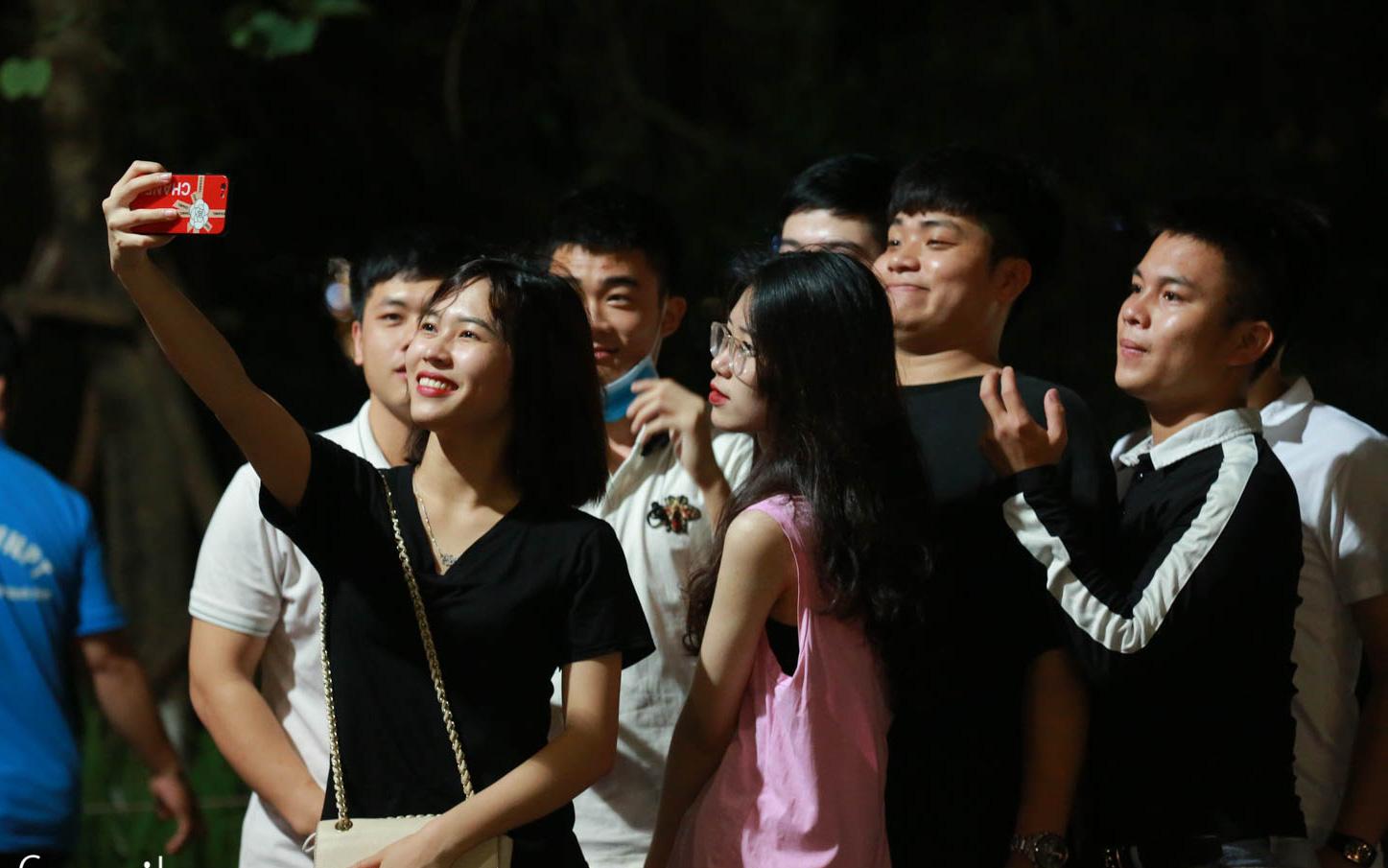 Bờ hồ Hoàn Kiếm trở nên đông đúc trong ngày đầu phố đi bộ mở cửa trở lại
