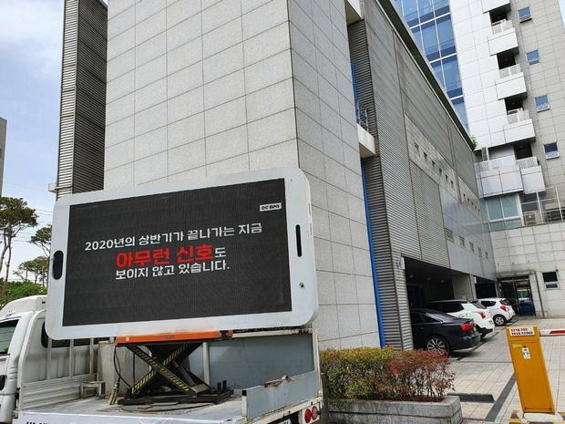 """Fan BLACKPINK """"uy hiếp"""" YG khi cho xe tải diễu quanh trụ sở đòi comeback nhưng lại bị netizen Hàn chỉ trích thậm tệ - Ảnh 4."""