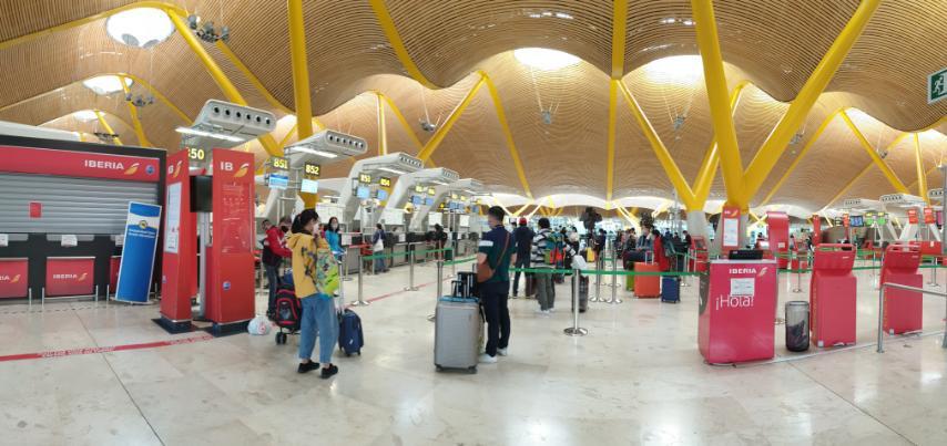 Đưa công dân Việt Nam từ tâm dịch Tây Ban Nha về sân bay Đà Nẵng - Ảnh 1.