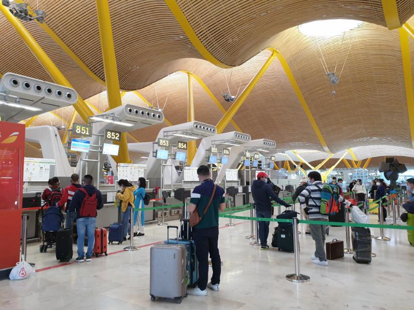 Đưa công dân Việt Nam từ tâm dịch Tây Ban Nha về sân bay Đà Nẵng - Ảnh 2.