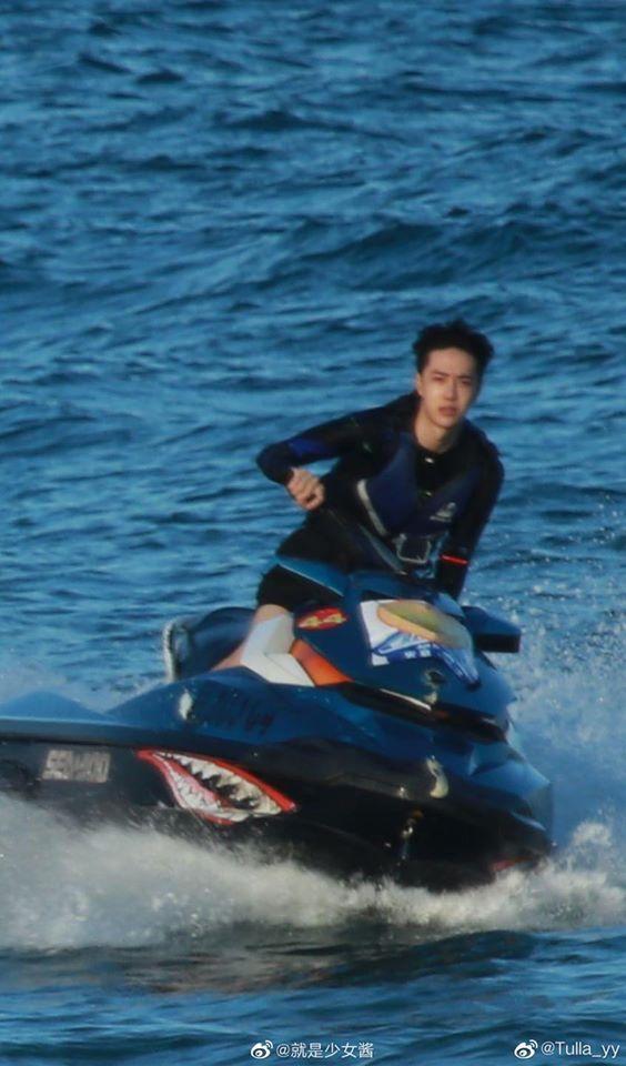 """Vừa quay xong """"Hữu Phỉ"""", Vương Nhất Bác đã cắt tóc, lướt sóng đẹp mê mẩn, netizen náo loạn gọi tên  - Ảnh 8."""