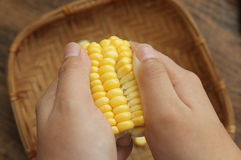 Mẹo hay cực dễ để tách hạt ngô tươi mà không bị nát - Ảnh 4.
