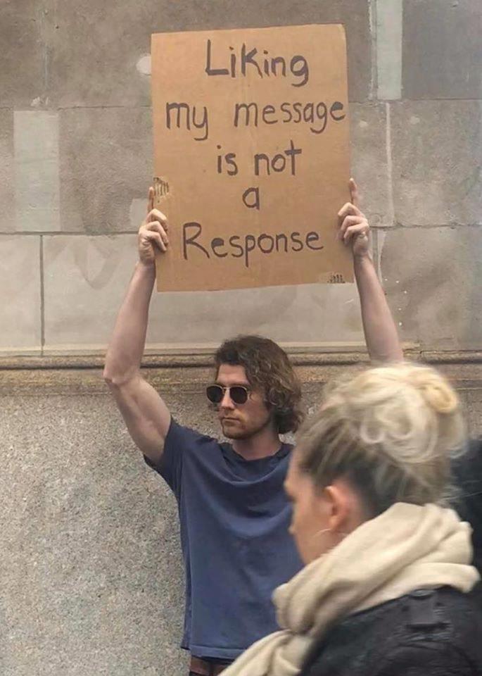 Cầm bảng biểu tình trên phố với những dòng chữ siêu mặn, chàng trai bất ngờ nổi đình đám và trở thành hiện tượng MXH - Ảnh 8.
