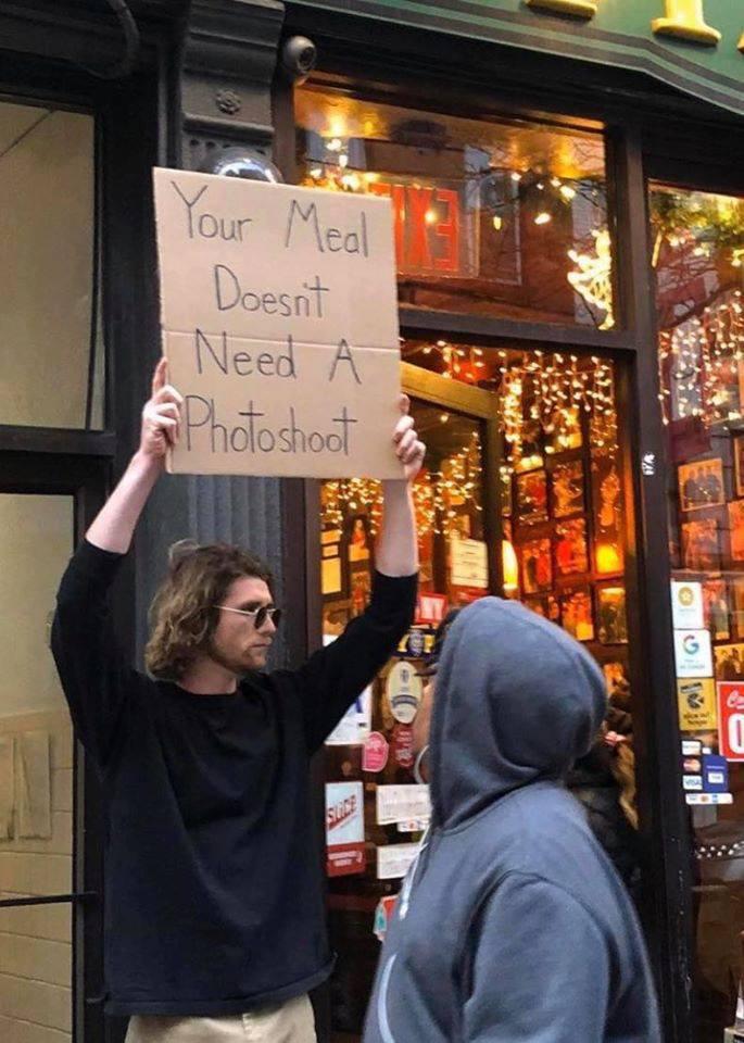 Cầm bảng biểu tình trên phố với những dòng chữ siêu mặn, chàng trai bất ngờ nổi đình đám và trở thành hiện tượng MXH - Ảnh 11.