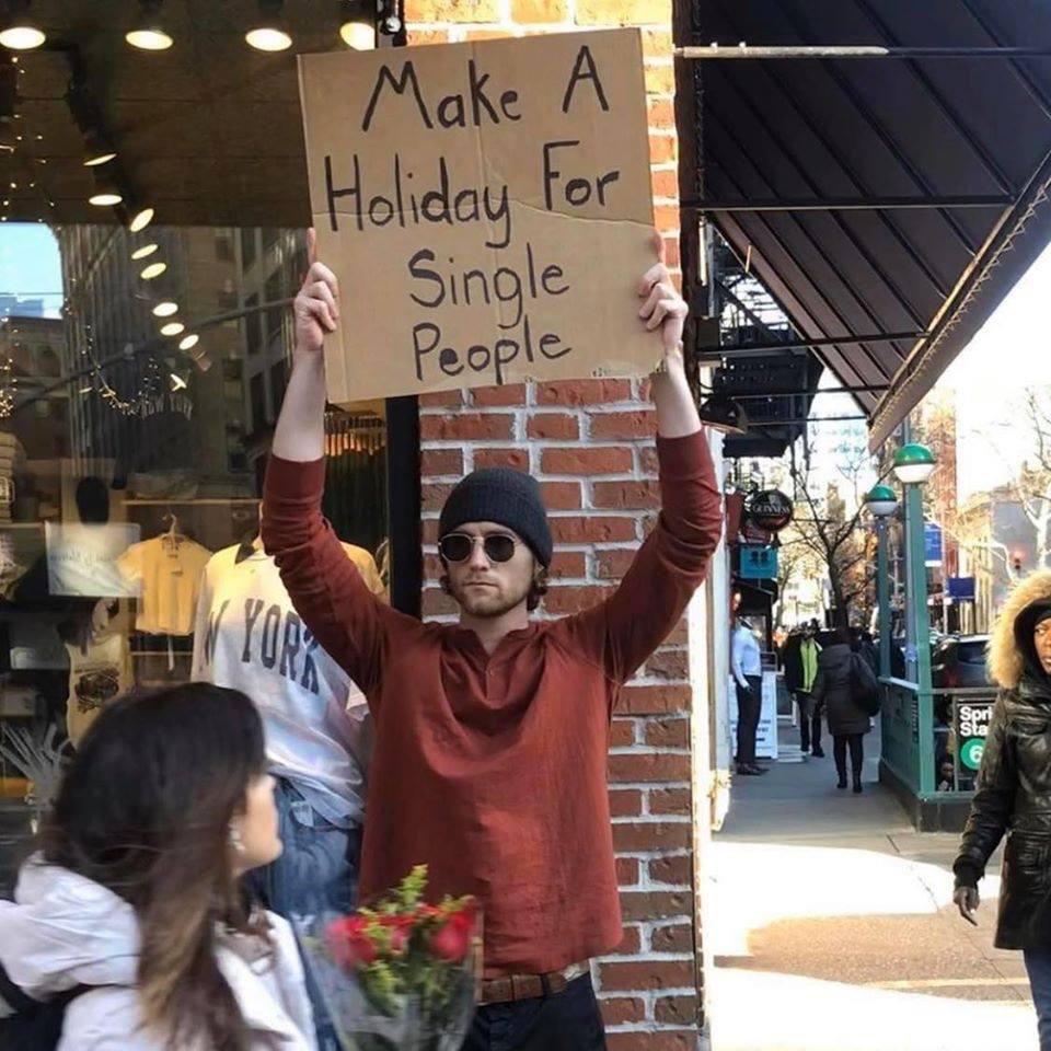 Cầm bảng biểu tình trên phố với những dòng chữ siêu mặn, chàng trai bất ngờ nổi đình đám và trở thành hiện tượng MXH - Ảnh 7.