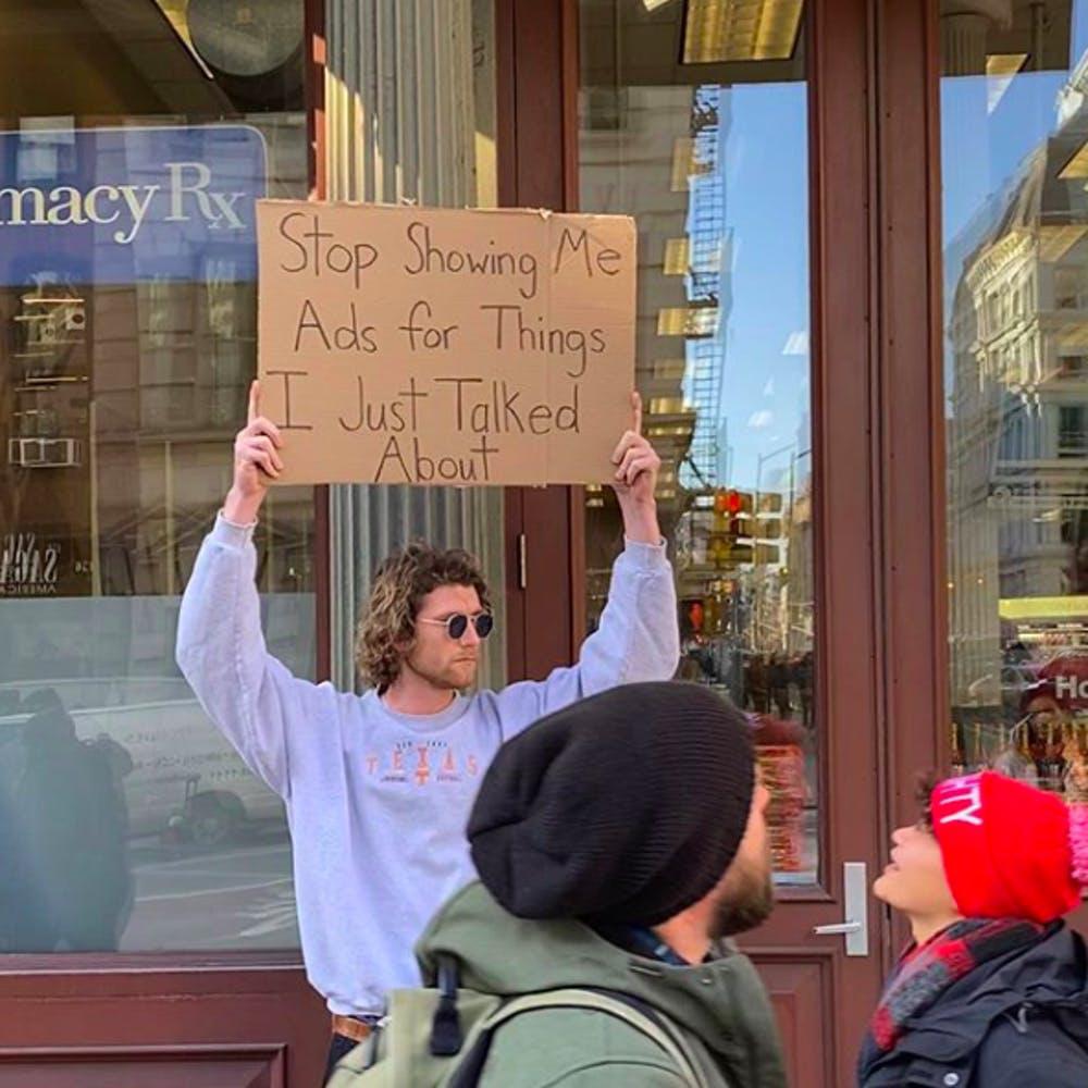 Cầm bảng biểu tình trên phố với những dòng chữ siêu mặn, chàng trai bất ngờ nổi đình đám và trở thành hiện tượng MXH - Ảnh 3.