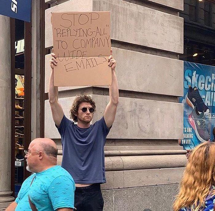 Cầm bảng biểu tình trên phố với những dòng chữ siêu mặn, chàng trai bất ngờ nổi đình đám và trở thành hiện tượng MXH - Ảnh 1.