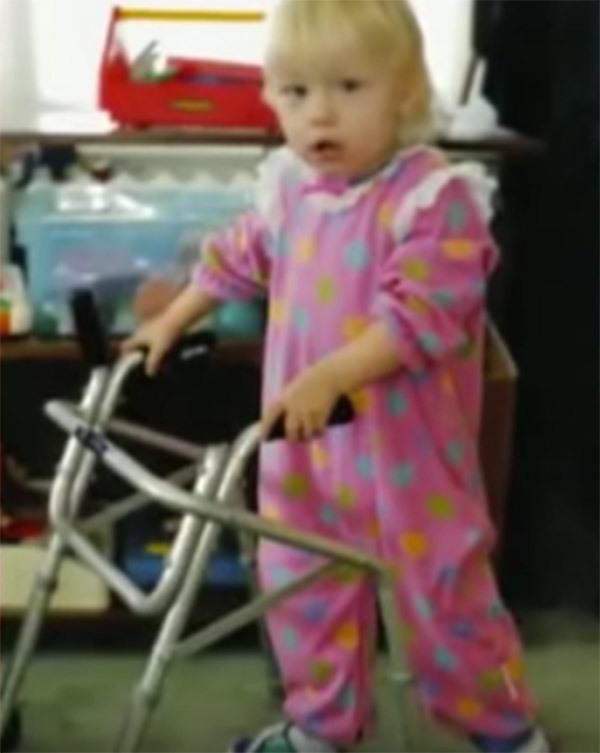 Mắc hội chứng hiếm phải cưa mất 2 chân và cho vào trại trẻ mồ côi, 20 năm sau, bé gái khiến cả thế giới phải ngưỡng mộ - Ảnh 2.