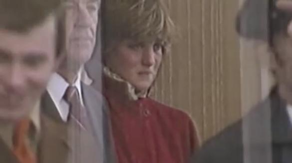 """Sự thật phía sau bức ảnh Công nương Diana bật khóc tại sân bay: Cứ ngỡ cuộc chia ly đầy cảm động hóa ra là giây phút biết mình là """"người thừa"""" - Ảnh 2."""