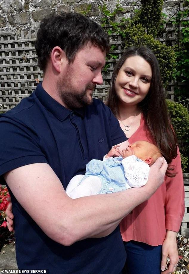 Chưa đến bệnh viện mà vợ đã sinh con, ông bố tấp ngay vào sân vườn hoa kiểng ven đường và dùng một vật tưởng lạ mà quen để thắt dây rốn cho con - Ảnh 3.