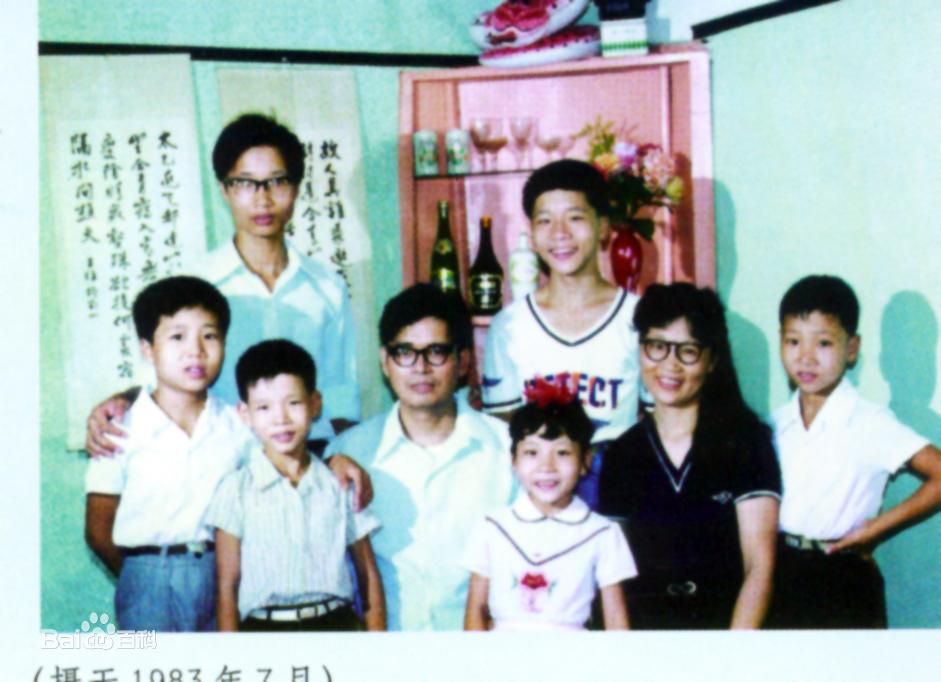 Gia đình 8 người chen chúc trong căn nhà 16 mét vuông, 20 năm sau cuộc đời họ thay đổi hoàn toàn, nổi tiếng cả thế giới nhờ 1 điều - Ảnh 4.