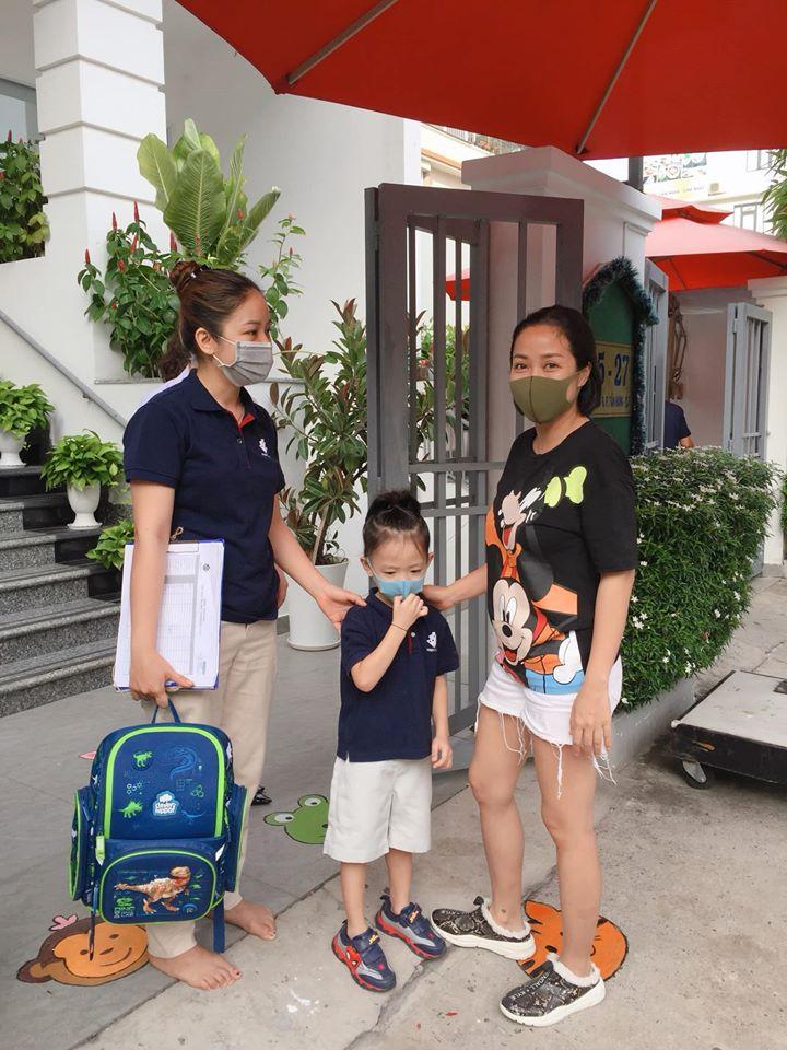 """Con trai út Ốc Thanh Vân khiến mẹ cười nghiêng ngả trong ngày đầu đi học lại, ai nấy hào hứng bình luận """"4 tháng nghỉ lâu quá mà"""" - Ảnh 1."""