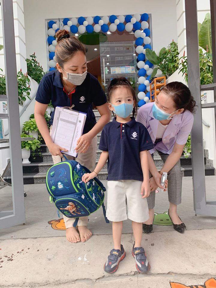 """Con trai út Ốc Thanh Vân khiến mẹ cười nghiêng ngả trong ngày đầu đi học lại, ai nấy hào hứng bình luận """"4 tháng nghỉ lâu quá mà"""" - Ảnh 2."""