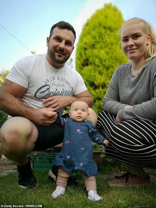 Bé gái 15 tuần tuổi tự đứng vững một mình khiến ai cũng phải kinh ngạc - Ảnh 3.